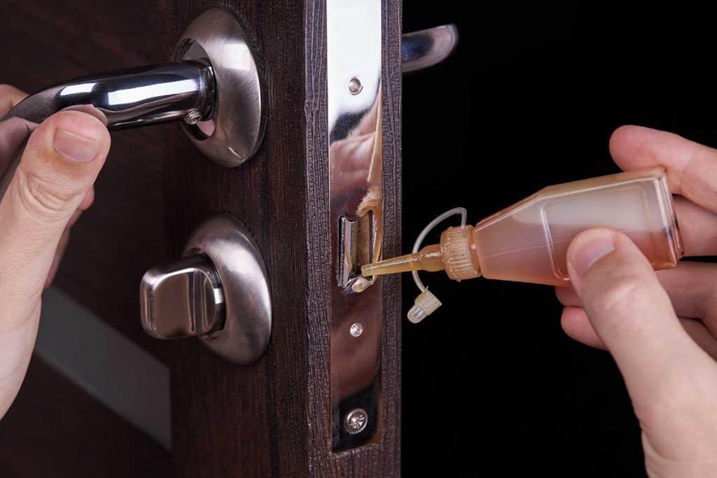 Adjusting inner door lock using lubricating oil